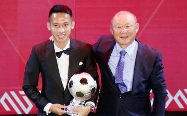 Hùng Dũng đánh bại Quang Hải, giành Quả bóng vàng Việt Nam 2019.