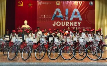 30 trẻ em có hoàn cảnh đặc biệt khó khăn được nhận xe đạp để giúp các em có động lực tới trường, có phương tiện đi lại và đảm bảo cuộc sống tốt hơn