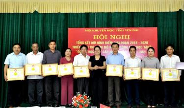 Các tập thể và cá nhận được tặng giấy khen của Hội Khuyến học tỉnh vì đã có thành tích xuất sắc trong triển khai mô hình điểm giai đoạn 2018 – 2020.