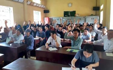 Các hộ gia đình tham gia biểu quyết bầu Ban Quản lý rừng cộng đồng thôn Giàng Cài.