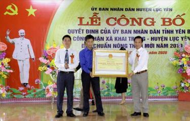 Lãnh đạo Sở Nông nghiệp và Phát triển nông thôn trao bằng đạt chuẩn nông thôn mới cho Khai Trung, Lục Yên