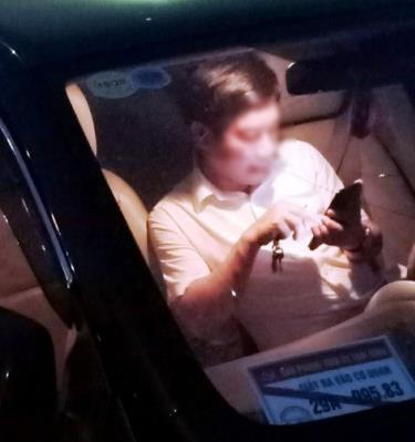 Người ngồi trên chiếc xe mang biển kiểm soát 29A-995.83 được cho là ông Nguyễn Văn Điều, Trưởng ban Nội chính tỉnh Thái Bình. Ở kính xe có tấm biển ghi: