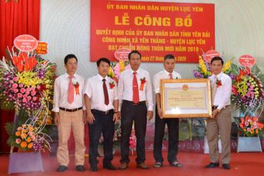 Đồng chí Nguyễn Đức Điển - Phó Giám đốc Sở Nông nghiệp và Phát triển nông thôn trao Quyết định của UBND tỉnh công nhận xã Yên Thắng đạt chuẩn NTM năm 2019.