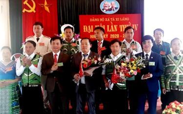 Đồng chí Trịnh Văn Xuê - Phó Bí thư Thường trực Huyện ủy Trạm Tấu tặng hoa chúc mừng Ban Chấp hành Đảng bộ xã Tà Xi Láng, nhiệm kỳ 2020 - 2025.