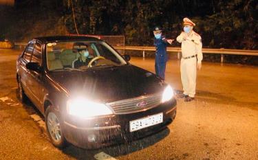 Thiếu tá Phùng Nguyên Ngọc hướng dẫn người tham gia giao thông khai báo y tế tại nút giao IC-12 cao tốc Nội Bài - Lào Cai.