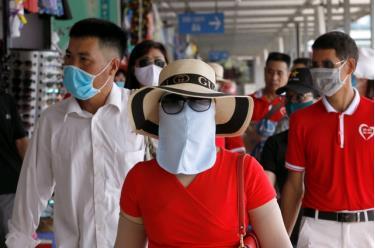 Du khách Việt Nam đi du lịch sau khi chính phủ nới lỏng lệnh giãn cách xã hội ở Quảng Ninh ngày 19/5.