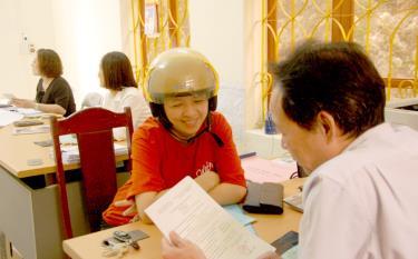Người dân làm thủ tục nộp tiền thuê đất tại Đội thuế phường Minh Tân, thành phố Yên Bái. Ảnh minh họa