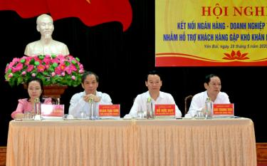 Đồng chí Đỗ Đức Duy – Phó Bí thư Tỉnh ủy, Chủ tịch UBND tỉnh cùng đại diện Ngân hàng Nhà Nước Việt Nam đồng chủ trì Hội nghị.