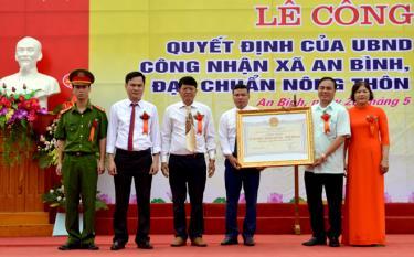 Ông Trần Thế Hùng - Giám đốc Sở Nông nghiệp và Phát triển nông thôn trao Bằng công nhận của UBND tỉnh cho xã An Bình đạt chuẩn nông thôn mới năm 2020