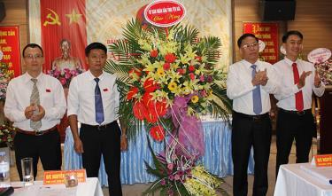 Đồng chí Nguyễn Văn Khánh - Phó Chủ tịch UBND tỉnh Yên Bái tặng hoa chúc mừng Đại hội Đảng bộ Công ty cổ phần Cao su Yên Bái lần thứ III, nhiệm kỳ 2020 - 2025