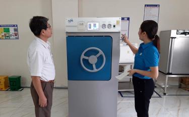 Đoàn kiểm tra việc kiểm định trang thiết bị, máy móc có yêu cầu nghiêm ngặt về ATVSLĐ tại Phòng khám Đa khoa Phú Thọ.