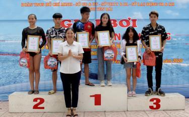Bí thư Tỉnh đoàn Yên Bái Đoàn Thị Thanh Tâm trao giải cho các thí sinh đạt thành tích cao ở khối trung học phổ thông.