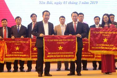 Đồng chí Đỗ Đức Duy - Phó Bí thư Tỉnh ủy, Chủ tịch UBND tỉnh tặng cờ thi đua cho Công ty TNHH Nhà nước Một thành viên Xổ số kiến thiết Yên Bái - đơn vị dẫn đầu trong phong trào thi đua năm 2018.