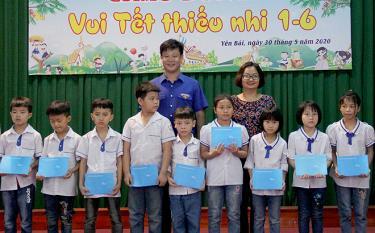 Lãnh đạo Tỉnh đoàn Yên Bái và Sở Lao động - Thương binh và Xã hội trao học bổng cho các em thiếu nhi.