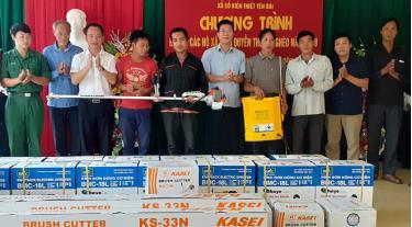 Lãnh đạo Công ty tặng quà cho các hộ nghèo tại xã Suối Quyền, huyện Văn Chấn - xã đặc biệt khó khăn được Tỉnh ủy phân công phụ trách giúp đỡ từ tháng 4/2019 đến nay.