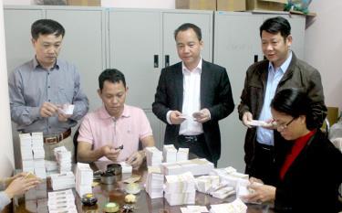 Cán bộ, nhân viên Công ty TNHH Nhà nước Một thành viên Xổ số kiến thiết Yên Bái phát hành vé xổ số.