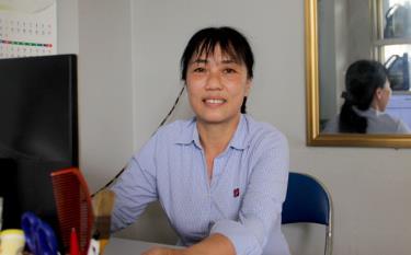 Chị Nguyễn Thị Việt Hà - cửa hàng trưởng Cửa hàng Xăng dầu Petrolimex số 04 đã trả lại toàn bố số tiền gần 10 triệu đồng và giấy tờ tùy thân cho người đánh mất.