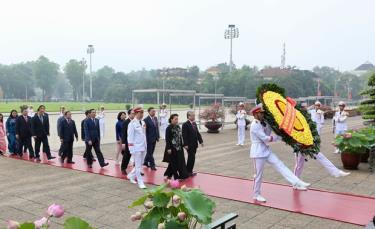 The delegation of Party and State leaders and parliamentarians pay tribute to late President Ho Chi Minh on May 19.