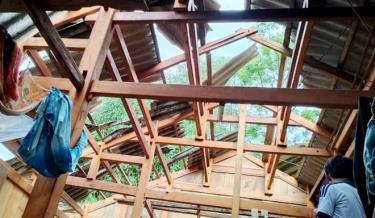 Trận mưa dông chiều tối ngày 8/5 trên địa bàn huyện Mù Cang Chải đã làm 278 nhà dân bị tốc mái