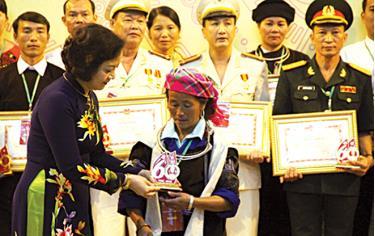 Đồng chí Bí thư Tỉnh ủy, Chủ tịch HĐND tỉnh Phạm Thị Thanh Trà tặng biểu trưng cho các tập thể, cá nhân điển hình tiên tiến học tập và làm theo tư tưởng, đạo đức, phong cách Hồ Chí Minh giai đoạn 2016 - 2018.