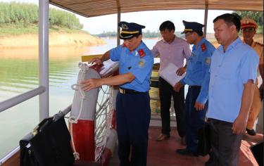 Lực lượng chức năng kiểm tra phương tiện thủy nội địa trên hồ Thác Bà.