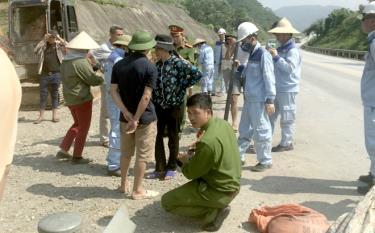 Tổ công tác liên ngành huyện Văn Yên kiểm tra, xử lý các vi phạm hành lang an toàn giao thông đường cao tốc Nội Bài - Lào Cai.