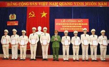Thượng tá Trịnh Huỳnh Sơn - Trưởng Công an huyện Yên Bình trao quyết định điều động cán bộ công an chính quy đến đảm nhiệm các chức danh công an xã trên địa bàn. Ảnh tư liệu