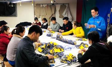 Đoàn viên thanh niên thị xã Nghĩa Lộ phối hợp với Nhà may Cẩm Hường sản xuất 12.000 khẩu trang vải, phát miễn phí cho người dân.