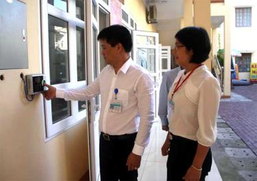 Cán bộ, công chức phường Hồng Hà điểm danh khi đến làm việc.  (Ảnh: Đình Tứ)