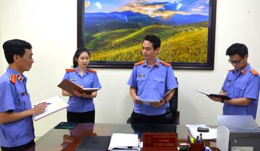 Lãnh đạo Viện Kiểm sát nhân dân huyện Trấn Yên trao đổi nghiệp vụ chuyên môn với cán bộ, kiểm sát viên trong đơn vị.