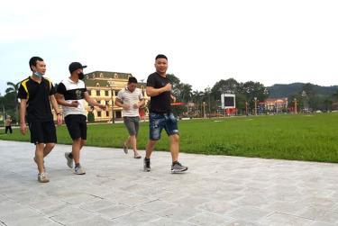 Người dân thành phố Yên Bái đi bộ rèn luyện sức khỏe tại Quảng trường 19/8.