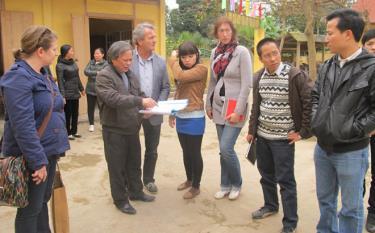Đoàn công tác tỉnh Valdermar khảo sát các công trình nước sạch trên địa bàn huyện Văn Yên. (Ảnh: Hoài Văn)