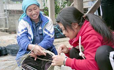 Trên địa bàn xã Phúc Sơn đã xuất hiện một số cơ sở sản xuất, gia công hàng thủ công, góp phần giải quyết việc làm, thu nhập cho người dân.