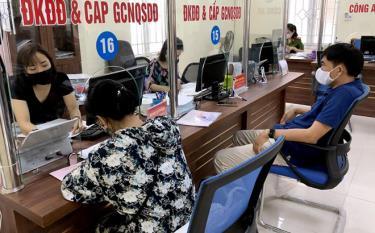 Người dân đến giải quyết thủ tục hành chính tại Bộ phận Phục vụ hành chính công thành phố.
