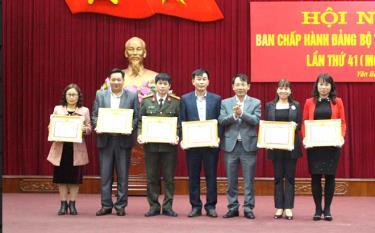 Lãnh đạo Thành ủy Yên Bái tặng giấy khen cho các tập thể có thành tích xuất sắc thực hiện Chỉ thị 05. (Ảnh: T.L)