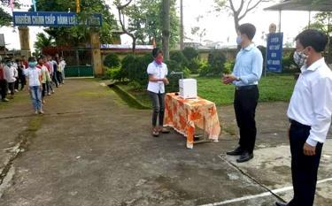Học sinh Trường Tiểu học và THCS Lê Hồng Phong rửa tay sát khuẩn bằng máy tự động do thầy Phạm Văn Quỳnh chế tạo.