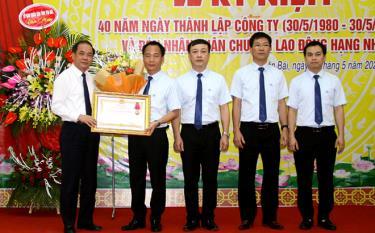 Thừa ủy quyền, đồng chí Tạ Văn Long - Phó Chủ tịch thường trực UBND tỉnh trao Huân chương Lao động hạng Nhì của Chủ tịch nước cho tập thể Công ty XSKT Yên Bái.