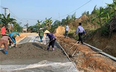 Công trình đường giao thông về xã Châu Quế Thượng (Công trình chào mừng Đại hội Đảng bộ huyện Văn Yên) đang được đẩy nhanh tiến độ. (Ảnh: Thu Trang)