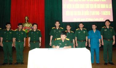 Lãnh đạo các đơn vị Bộ Chỉ huy Quân sự tỉnh ký giao ước thi đua học và làm theo lời Bác.