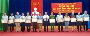 Thị ủy Nghĩa Lộ khen thưởng các tập thể, cá nhân tiêu biểu trong thực hiện Chị thị số 05 của Bộ Chính trị giai đoạn 2016 - 2020.