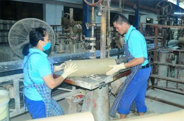 Công nhân Công ty cổ phần Sứ kỹ thuật Hoàng Liên Sơn đẩy mạnh sản xuất đáp ứng các đơn hàng.