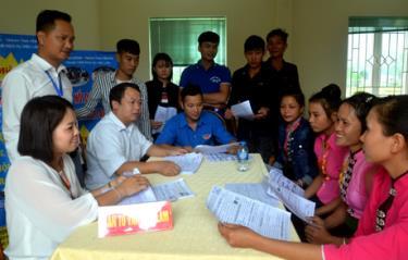 Một phiên tư vấn, giới thiệu thị trường việc làm của Trung tâm Dịch vụ việc làm tại xã Thạch Lương, huyện Văn Chấn.