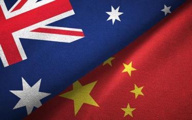 Hình ảnh cờ Australia và Trung Quốc.