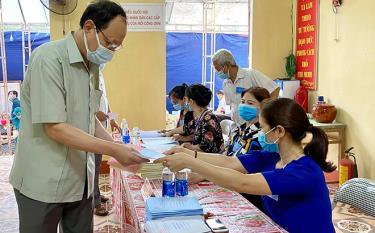Các điểm bầu cử trong huyện khẩn trương làm thủ tục cho cử tri để công tác bầu cử sớm hoàn tất.