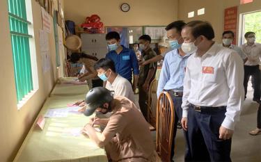 Đồng chí Tạ Văn Long - Phó Bí thư Thường trực Tỉnh ủy kiểm tra công tác bầu cử tại đơn vị bầu cử số 6, xã Phú Thịnh, huyện Yên Bình.