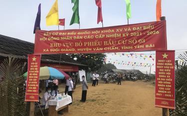 Cử tri xã Suối Giàng, huyện Văn Chấn được thực hiện đầy đủ các biện pháp phòng chống dịch bệnh Covid-19 khi đến bỏ phiếu bầu cử.