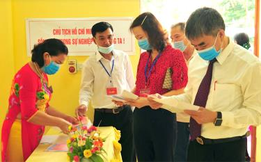 Đồng chí Chu Đình Ngữ - Trưởng Ban Tổ chức Tỉnh ủy bầu cử tại tại khu vực bỏ phiếu số 7, thị trấn Mậu A, huyện Văn Yên.