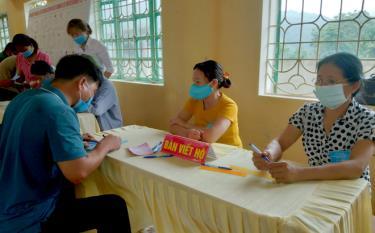 Cử tri xã Lương Thịnh thực hiện quyền bầu cử.