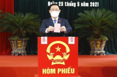 Chủ tịch Quốc hội Vương Đình Huệ bỏ phiếu bầu cử tại Hải Phòng, sáng 23/5.