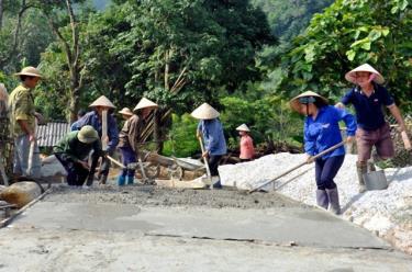 Làm đường nông thôn mới ở xã Tân Đồng, huyện Trấn Yên.